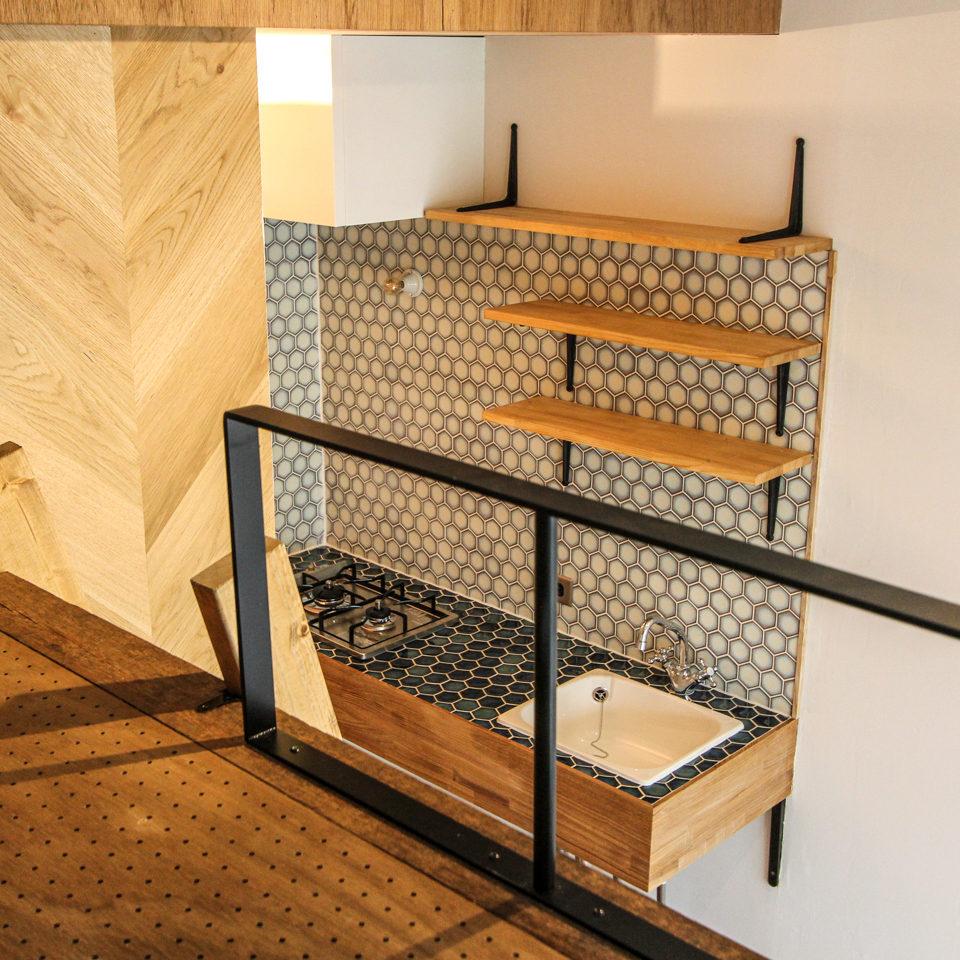 ロフトベッドの手すりとコンパクトキッチン
