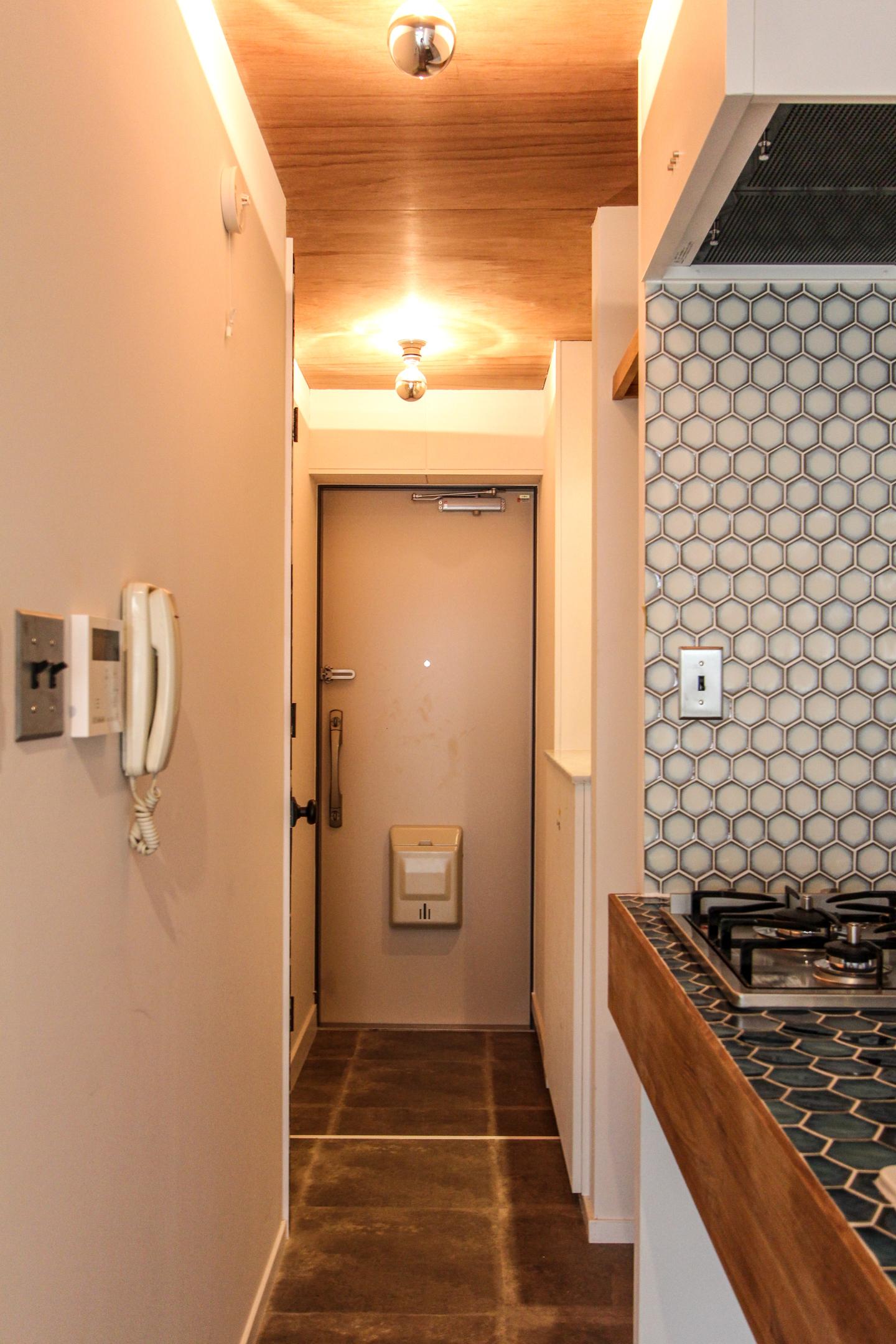 木板張りの天井と玄関ドア