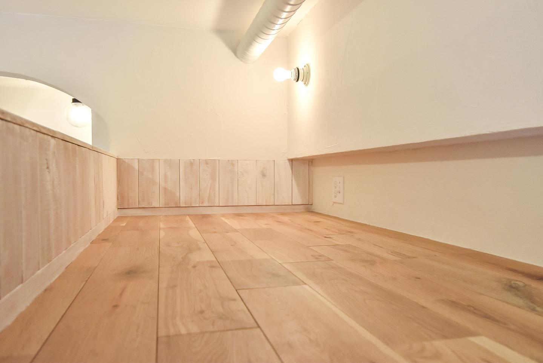 ロフトの床と壁付け照明