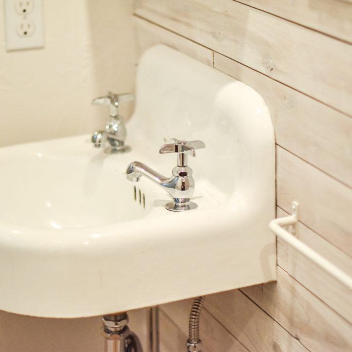 ヴィンテージの白い手洗器