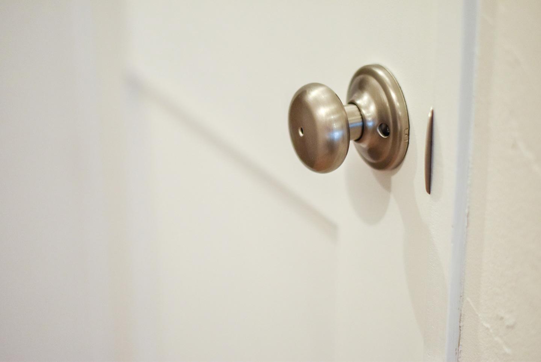 白いドアとサテンのドアノブ