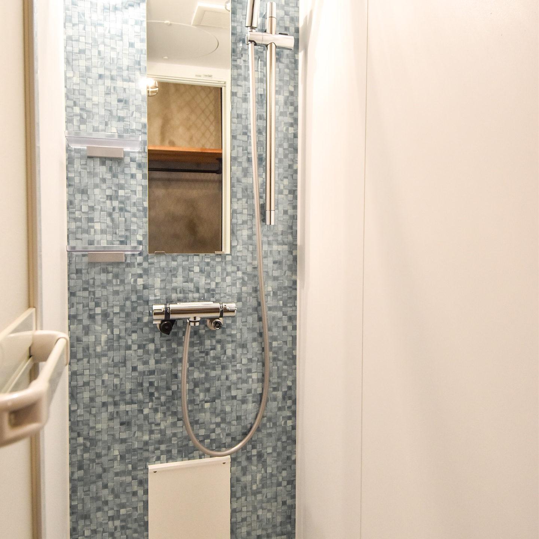 青いモザイク柄の壁のシャワーユニット