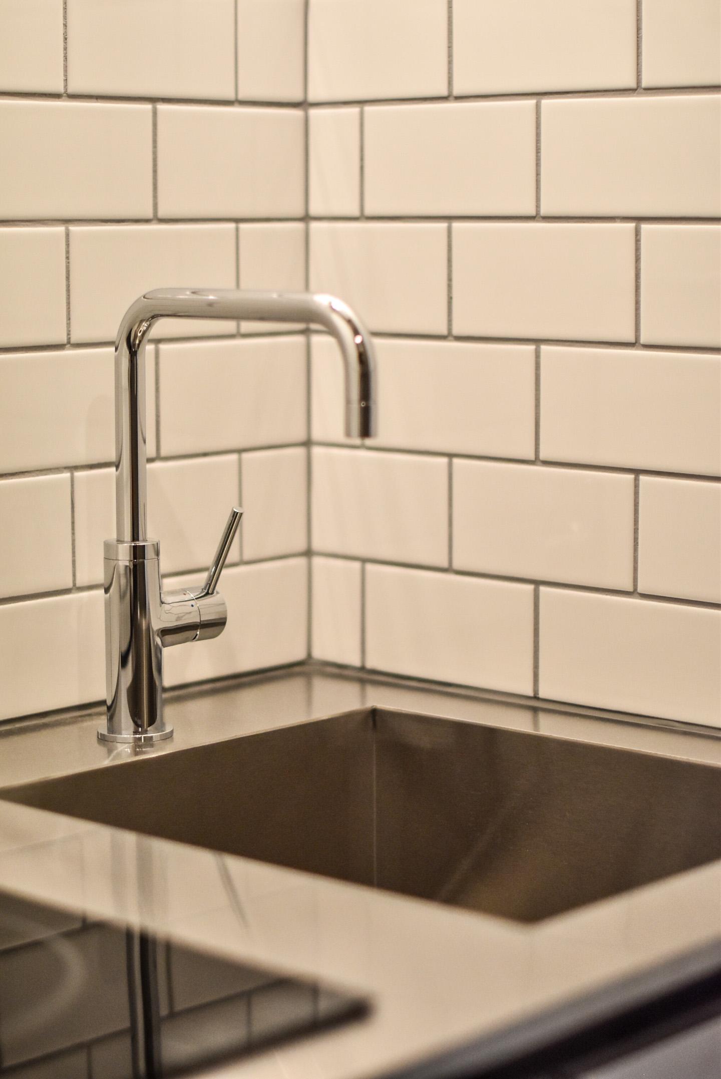白い壁タイルとキッチン水栓
