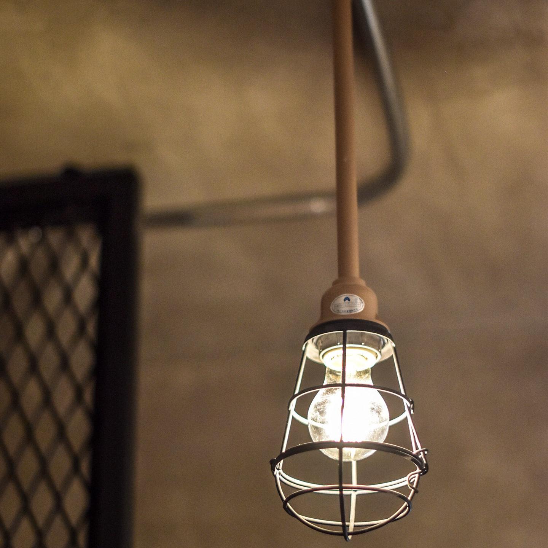 鉄管の配管とワイヤーシェードの照明ac
