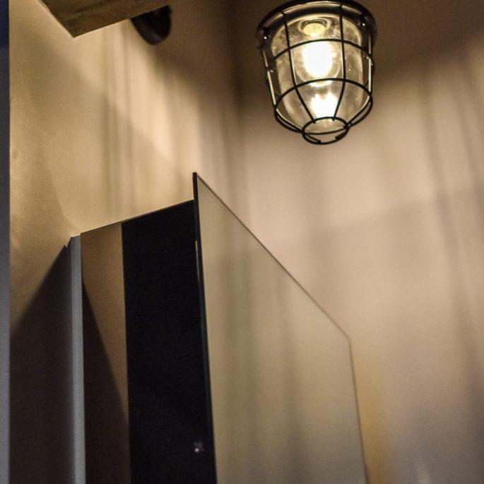 ミラーボックスとワイヤーシェードの照明
