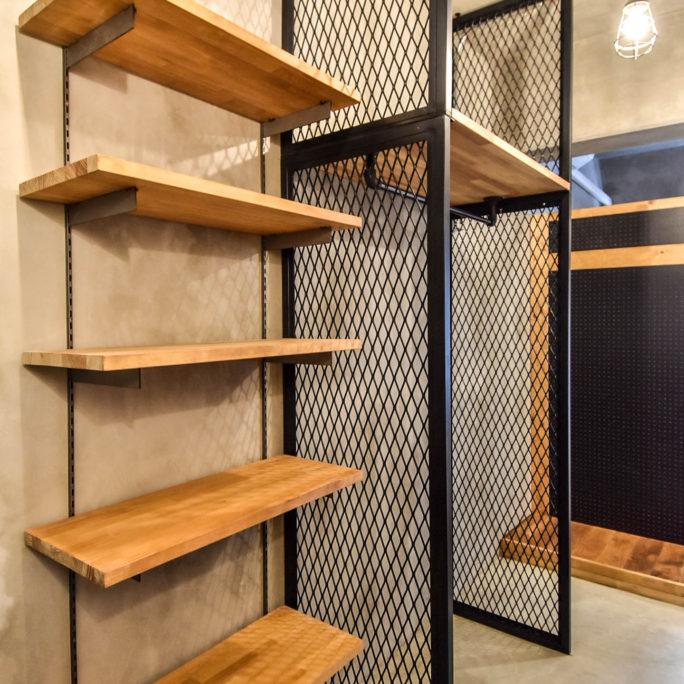 エキスパンダメタルと棚板の玄関収納