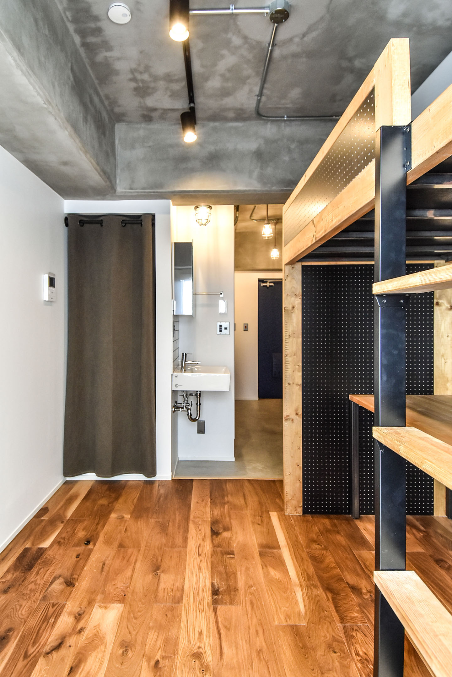 モルタル仕上げの天井のワンルームマンション